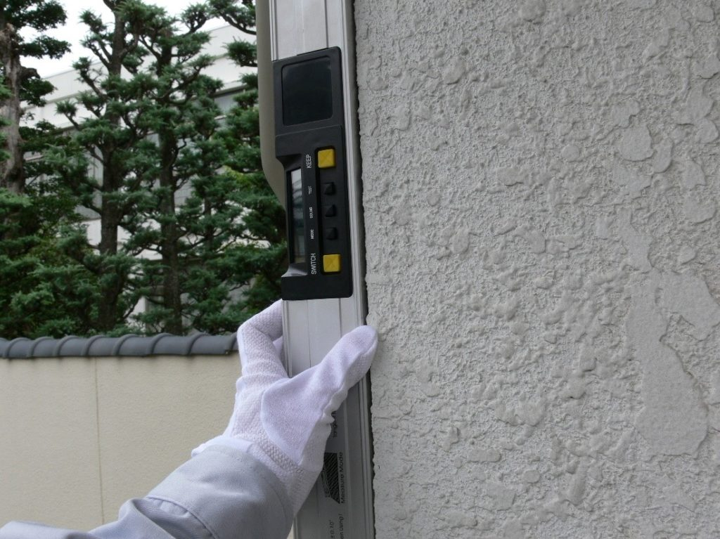 建物の傾斜を測定する写真(塗装工房)