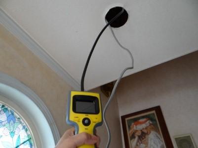 CCDカメラで水漏れ調査している画像(塗装工房)