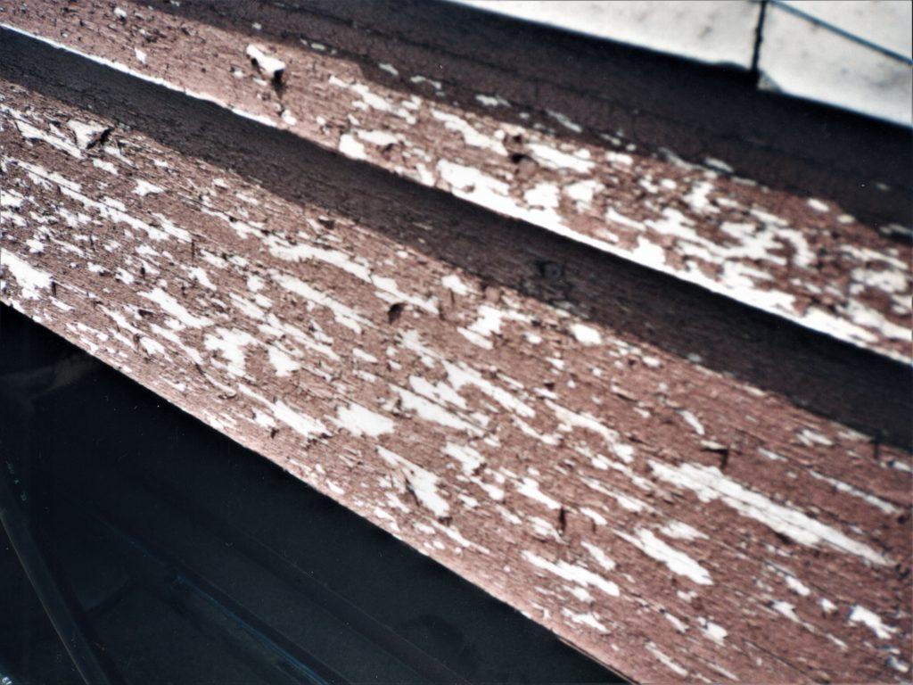 破風板の塗膜が剥離している写真(塗装工房)