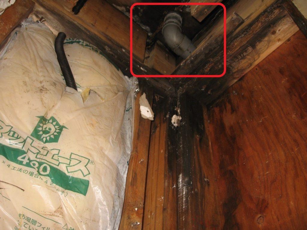 雨樋の排水管から漏水(塗装工房)