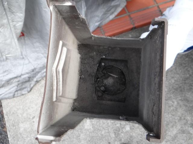 雨樋の集水器が詰った写真(塗装工房)