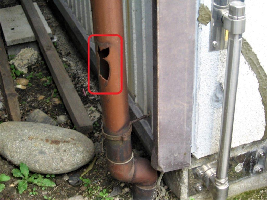 破損した竪樋(塗装工房)
