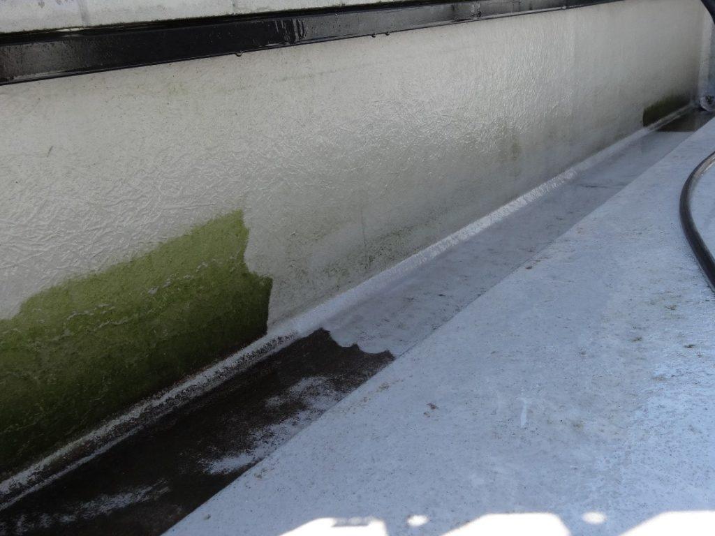高圧洗浄中のベランダ(塗装工房)
