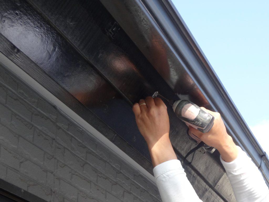 固定金具の取り付け工事の写真(塗装工房)