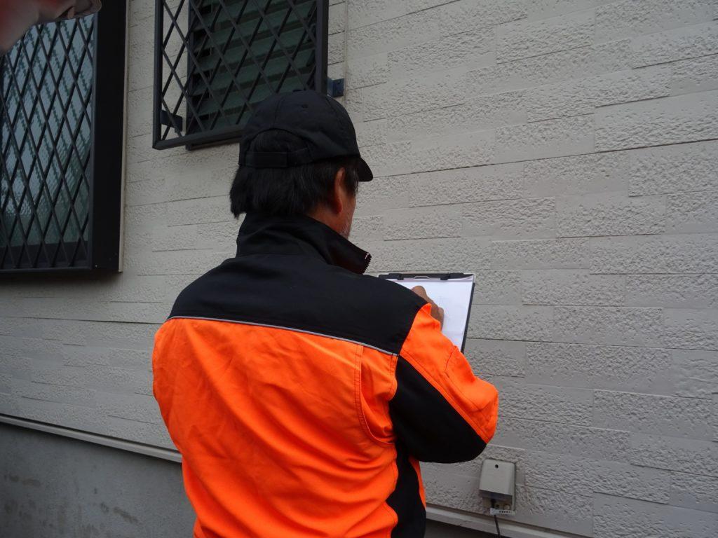 外壁の実測作業の写真(塗装工房)